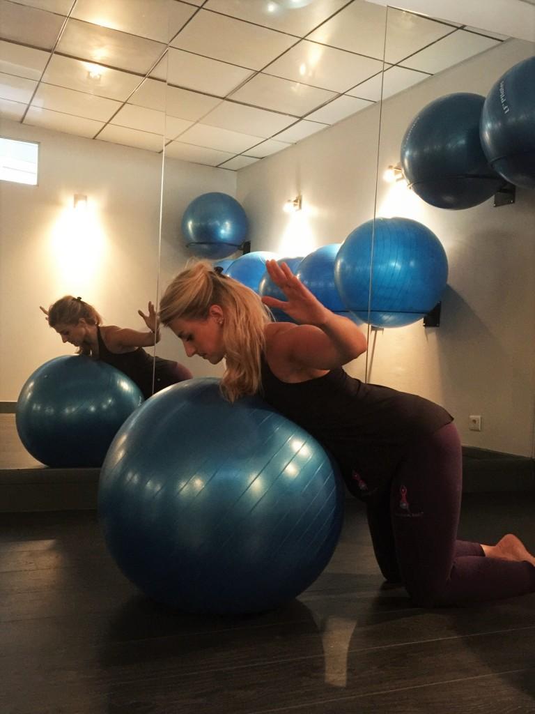 Posture spécifique adaptée à la femme enceinte ©Camille Ribollet-Fit&Beauty Postural Ball(r)