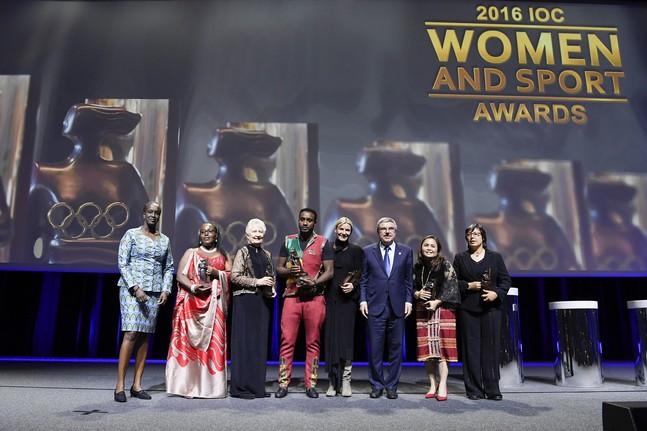 Un homme reçoit le Trophée mondial «Femme et Sport» 2016