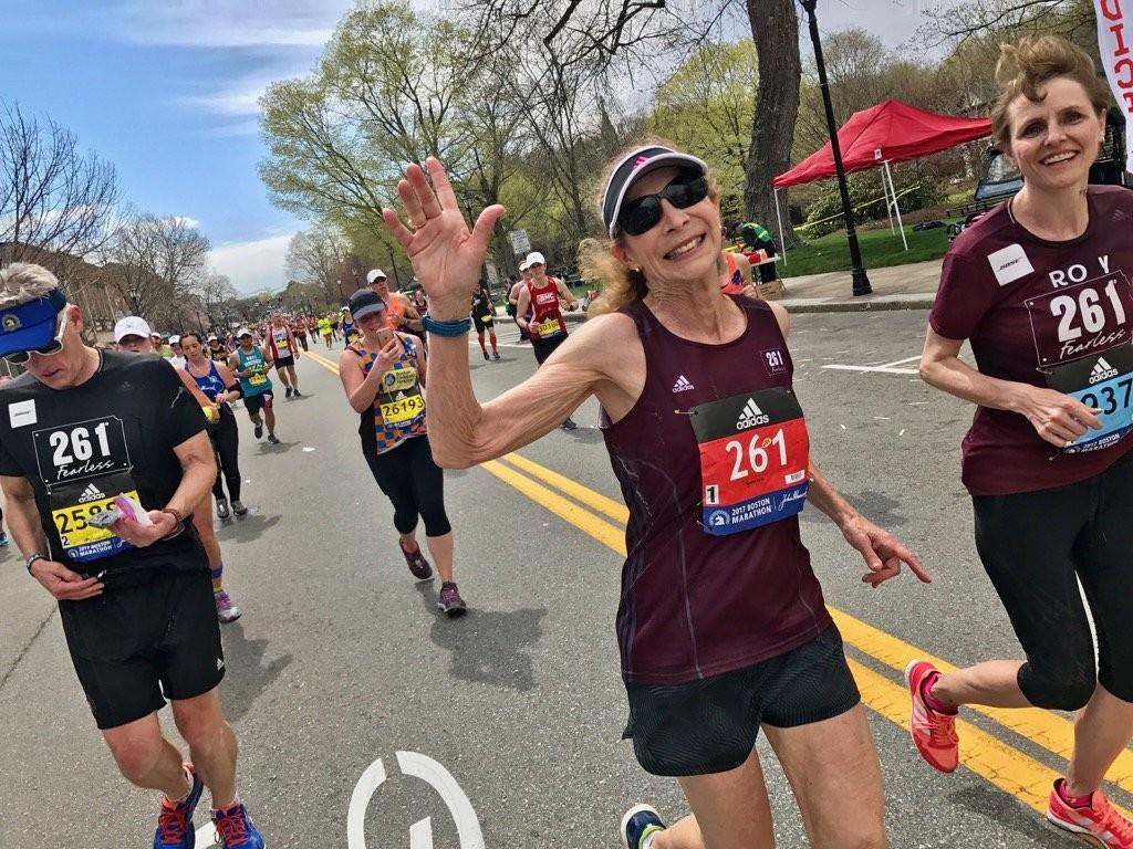 Kathrine Switzer recourt le marathon de Boston, 50 ans après être devenue la première femme à prendre part à la course