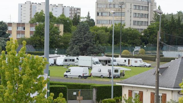 À Angers, des caravanes débarquent sur un stade durant un match de foot