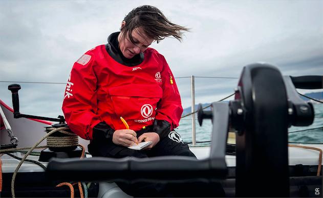Marie Riou est une spécialiste de la voile olympique mais fait ses premiers pas dans la course au large. Elle apprend lors de chaque sortie en mer.