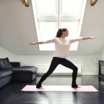 Femme pratiquant le yoga en intérieur