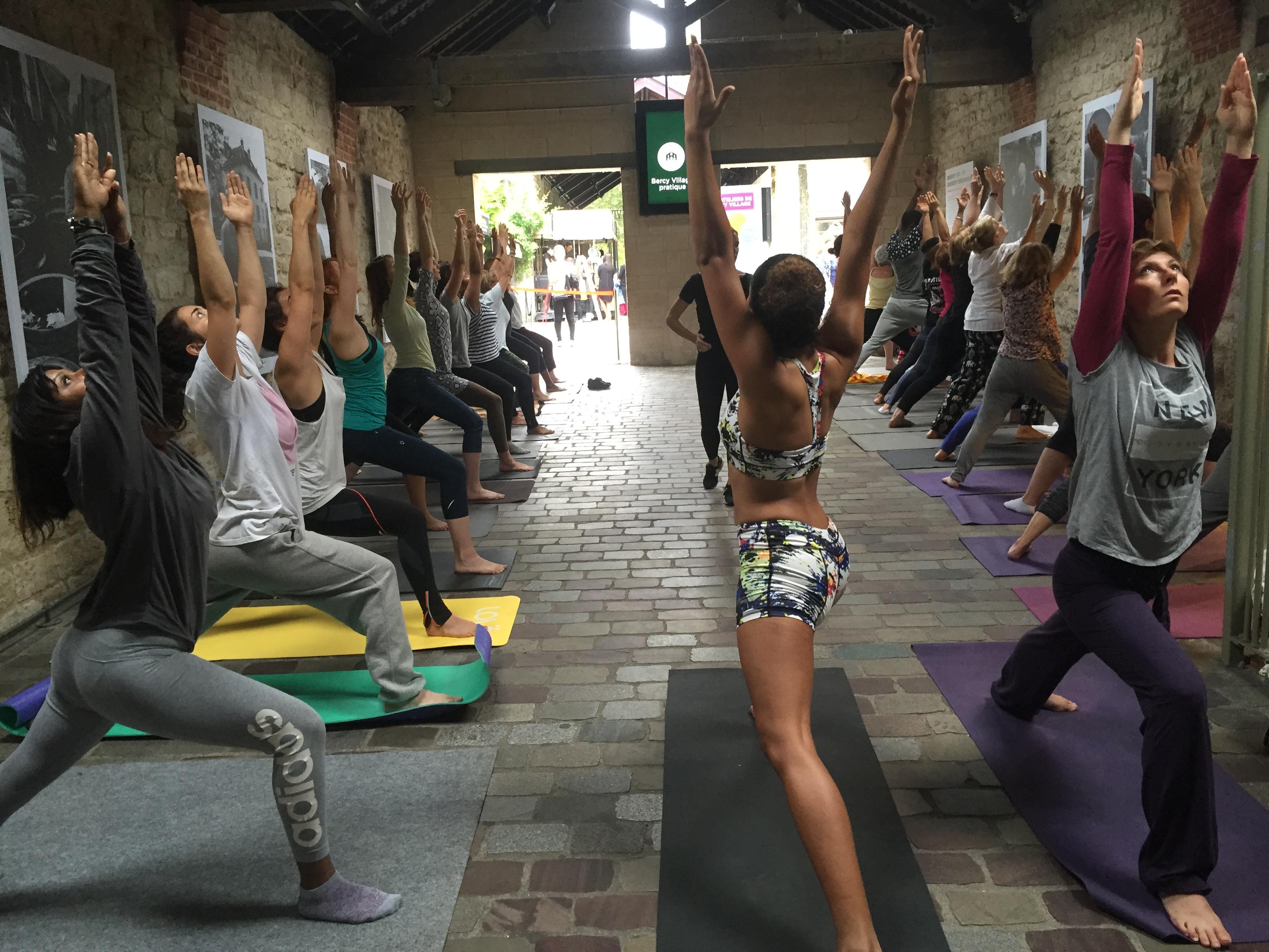 Pratiquants de yoga en extérieur
