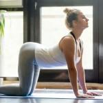 Femme pratiquant le yoga