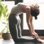 Femme qui pratique le yoga renversé