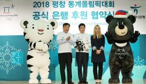 Soohorang, le tigre blanc des Jeux Olympiques avec Bandabi, l'ours noir des Jeux Paralympiques.