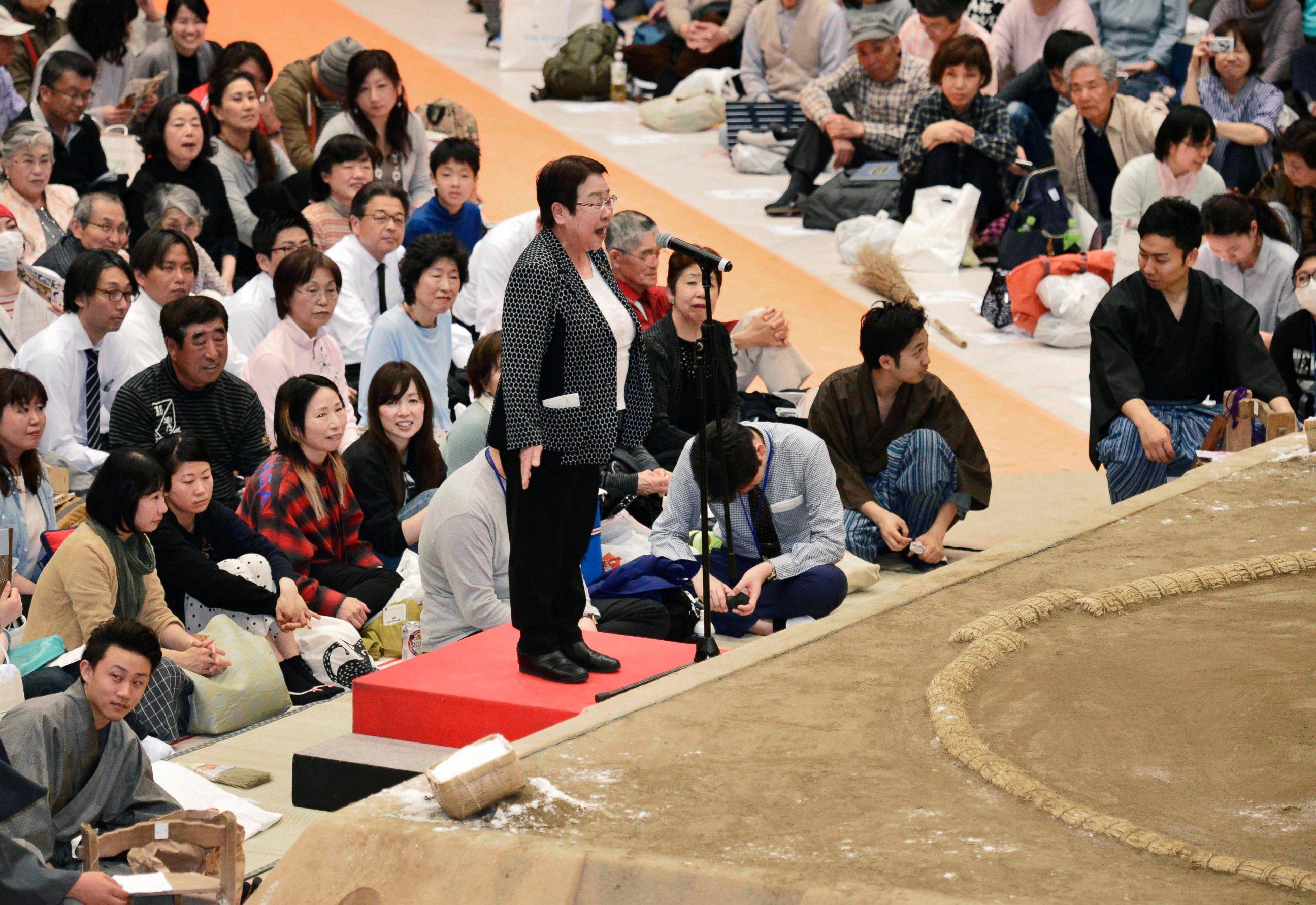 Au Japon, les femmes n'ont pas le droit de marcher sur le ring sacré du sumo. © Yoshihiko Imai / Kyoto News via AP.
