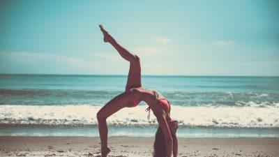 Pause yoga sur la plage