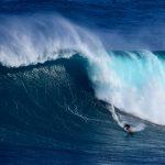 Le record du monde de la plus grosse vague jamais surfée par une femme est attribué à Maya Gabeira et établi à 20,72 mètres. © Jackson Kowalski / Shutterstock.