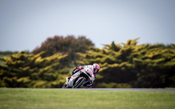 En remportant le championnat de Supersport 300 dimanche, l'Espagnole Ana Carrasco, 21 ans, est devenue la première femme championne du monde de moto.