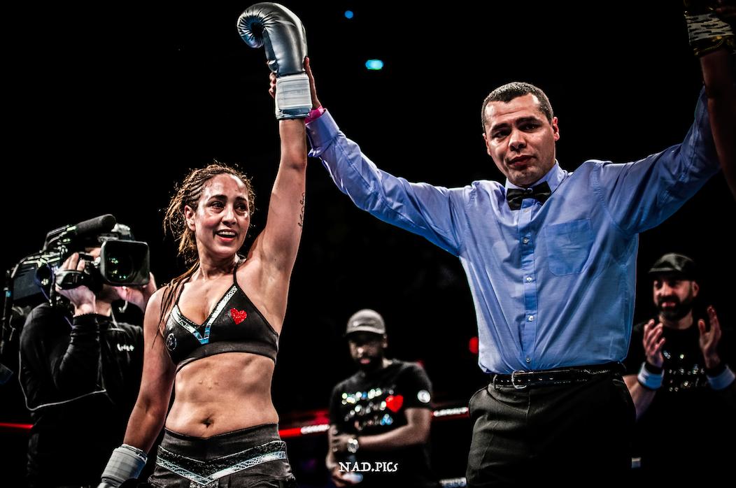Aziza Oubaita, ancienne boxeuse professionnelle a subi une transplantation cardiaque en 2016. Deux ans plus tard,elle remontait sur le ring avec son nouveau coeur pour un jubilé historique. Récit.