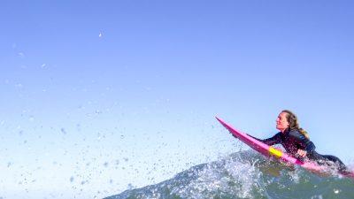 Les images hallucinantes de la surfeuse Justine Dupont sur une vague de plus de 20 mètres !
