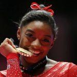 La star de la gymnastique Simone Biles a remporté pour la quatrième fois le titre de championne du monde du concours général jeudi à Doha. Un record !