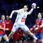 L'équipe de France féminine s'est qualifiée pour les demi-finales de l'EHF Euro 2018 organisé en France en écrasant la Serbie 38-28 mercredi soir à Nantes.