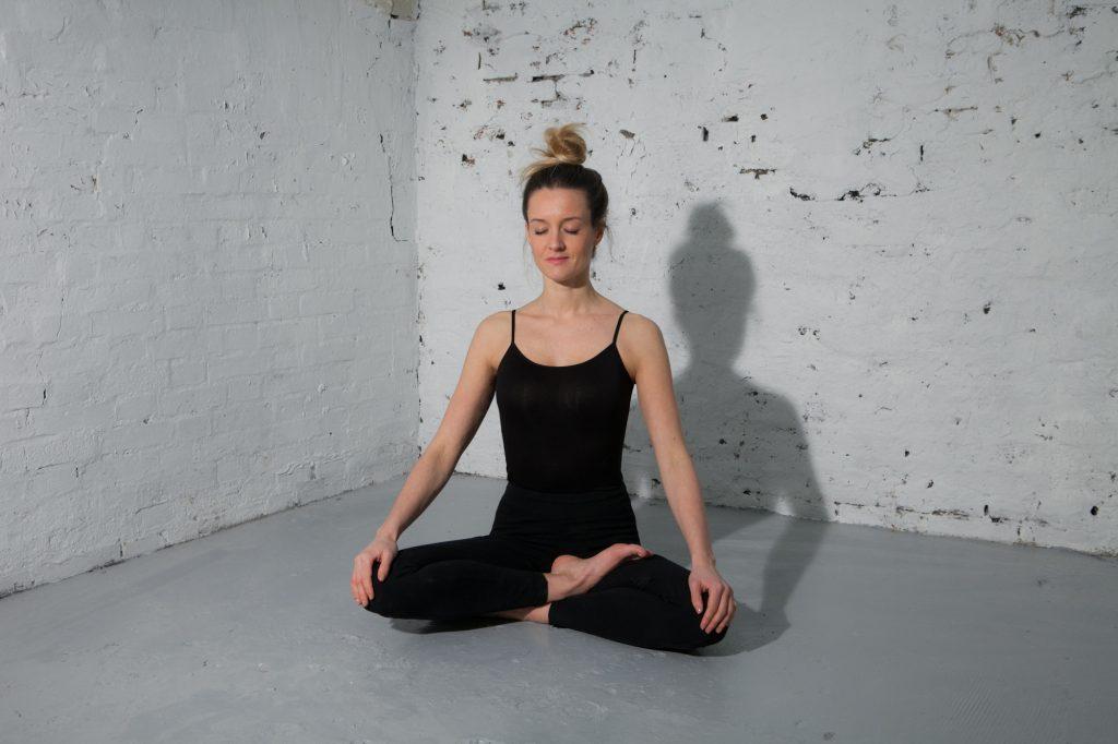 yoga les yeux bandés