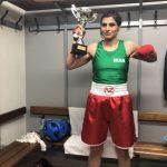 Sadaf Khadem, devenue samedi la première boxeuse iranienne à combattre professionnellement, est menacée d'arrestation en Iran à cause de sa tenue.