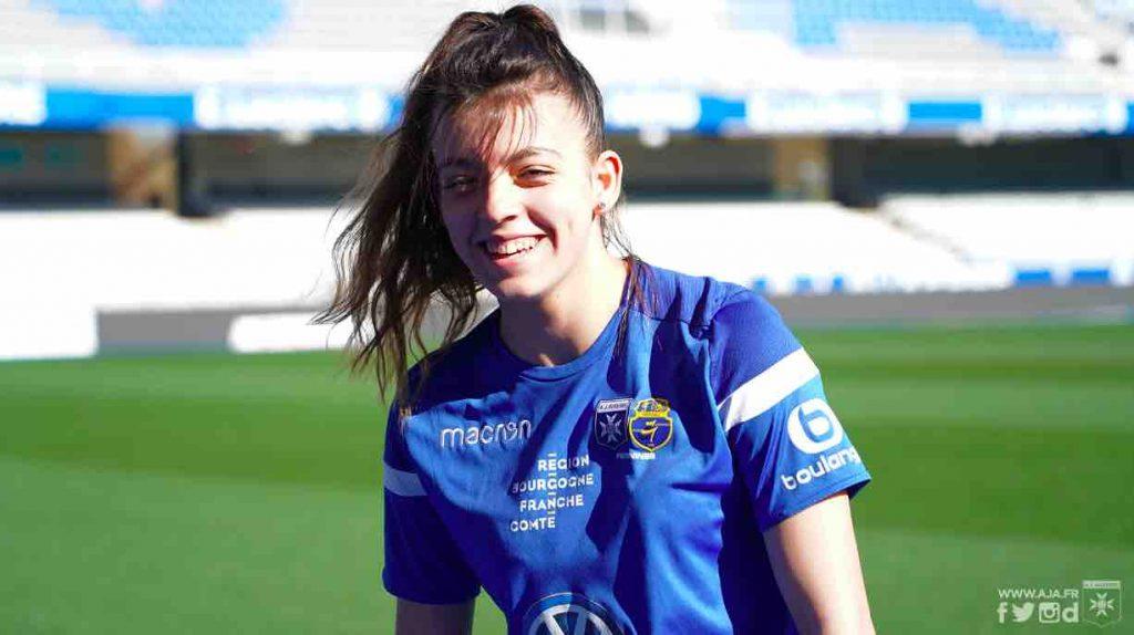 Ophélie Gouveia partage son temps entre l'école du Centre de formation Acadomia AJA et les terrains de football dans l'espoir de devenir professionnelle.