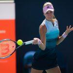 La Française Kristina Mladenovic a remporté son premier match du tournoi de Roland-Garros en battant au premier tour sa compatriote Fiona Ferra en deux sets