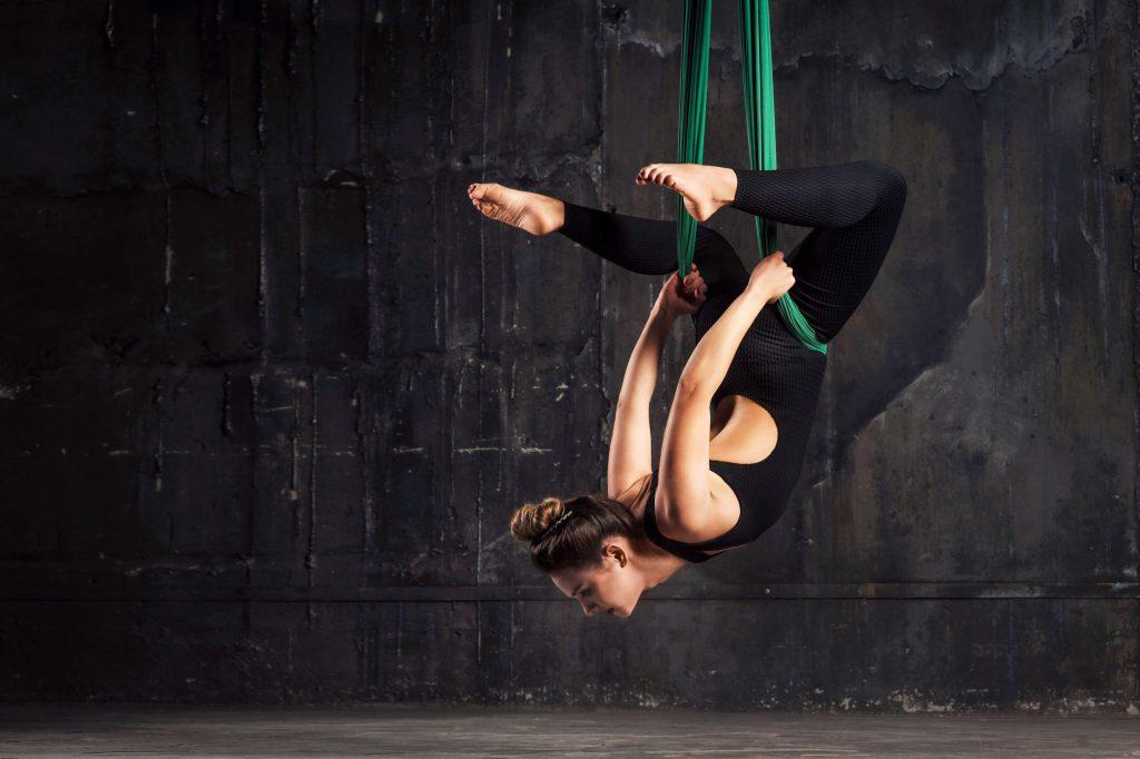 10 formes de yoga insolites : yoga chèvre, yoga nu, swing yoga…