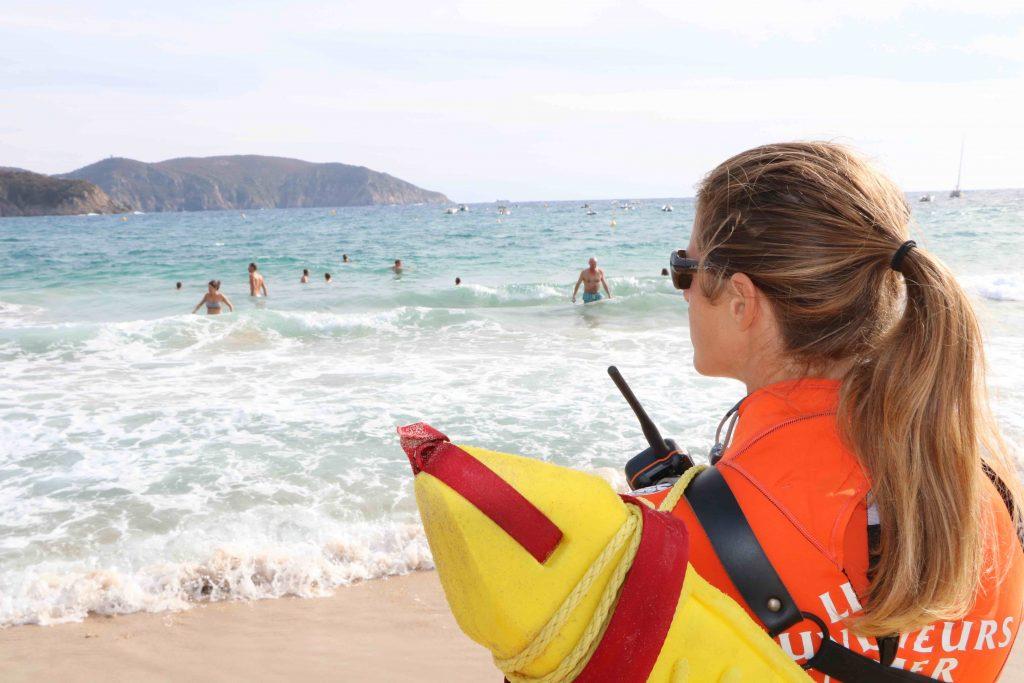 Delphine Guillot est nageuse sauveteuse en mer à la SNSM. Elle nous raconte son quotidien sur les plages l'été entre passion, secourisme et engagement.