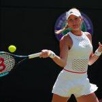La Française Kristina Mladenovic (54e) s'est qualifiée pour le deuxième tour de l'US Open lundi en battant l'Allemande Angelique Kerber (14e) en trois sets.