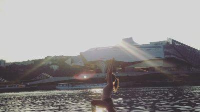 Paddle yoga urbain : le yoga sur l'eau pour se reconnecter