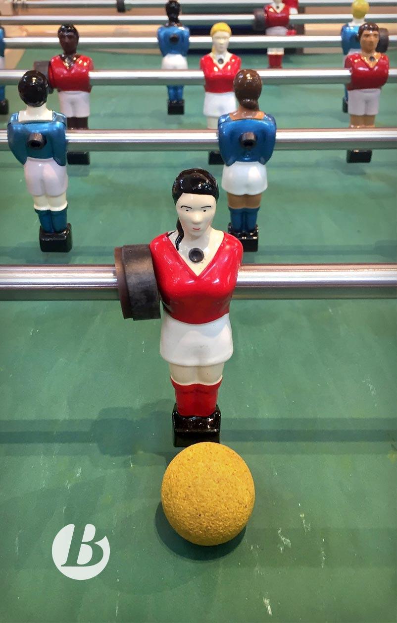 Nicole Abar, ancienne star du football, a fait ajouter au catalogue de Bonzini, le fabriquant de baby-foots, une figurine féminine et créé des jeux mixtes.