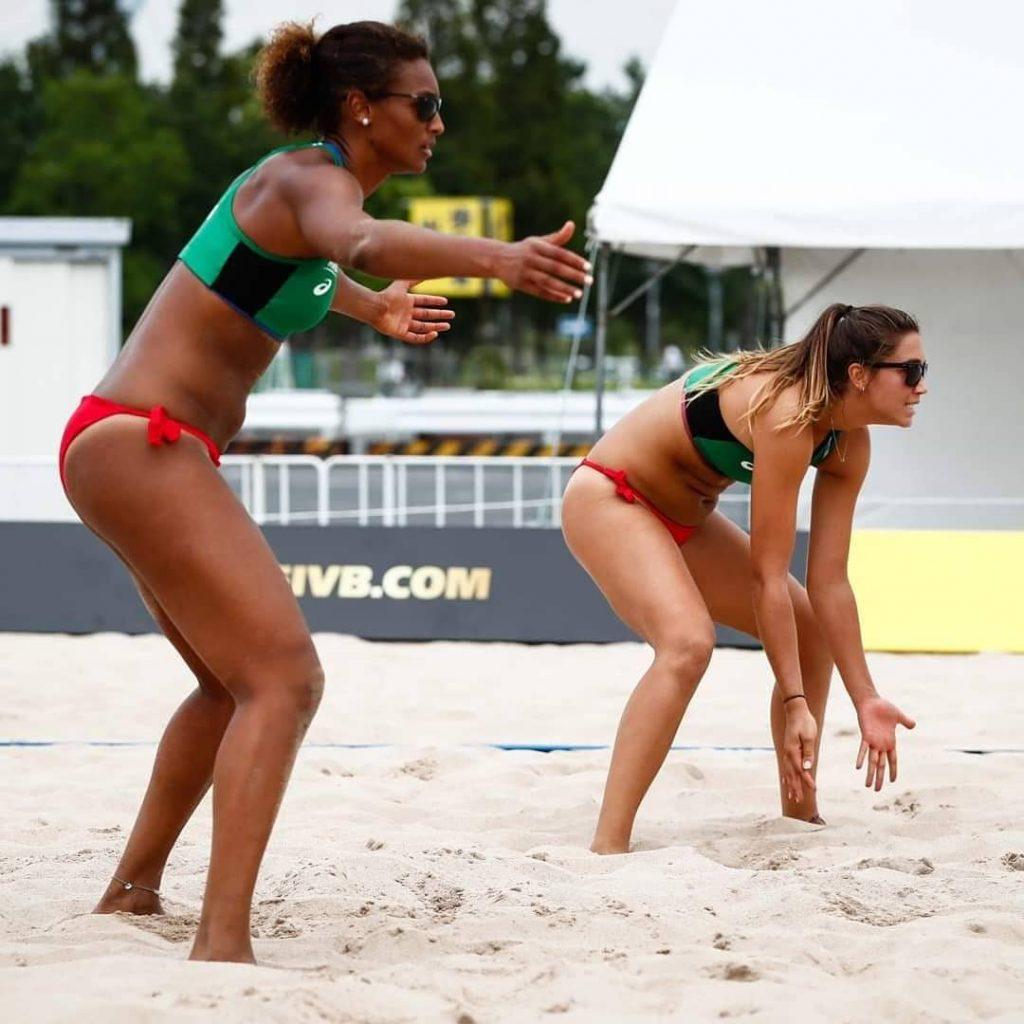 Pour comprendre la place du bikini dans le beach-volley féminin, il faut remonter aux origines de ce sport, né sur les plages de Santa Monica en Californie.
