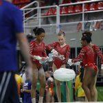 L'Américaine Simone Biles, reine incontestée de la gymnastique artistique, a conduit son pays vers un cinquième titre mondial consécutif par équipes mardi.