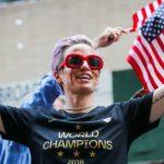 La footballeuse américaine Megan Rapinoe a déclaré être prête à proposer ses services aux démocrates pour botter Donald Trump hors de la Maison Blanche.