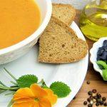 Alors, réchauffons-nous le corps et le coeur avec cette délicieuse soupe aux patates douces et poivrons, dont la recette a été prise sur Marmiton.