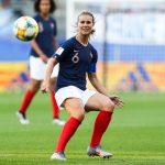 La footballeuse française Amandine Henry a désormais sa propre Barbie, habillée du célèbre maillot tricolore au numéro 6, comme la capitaine des Bleues !