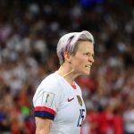 Un juge fédéral a débouté les footballeuses américaines championnes du monde qui revendiquaient une égalité salariale et de traitement avec les hommes.