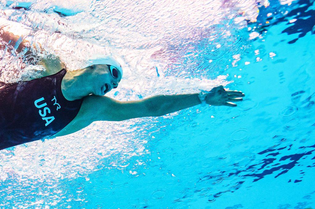 L'incroyable entraînement d'une nageuse américaine… Avec un verre de lait sur la tête ?! (vidéo)