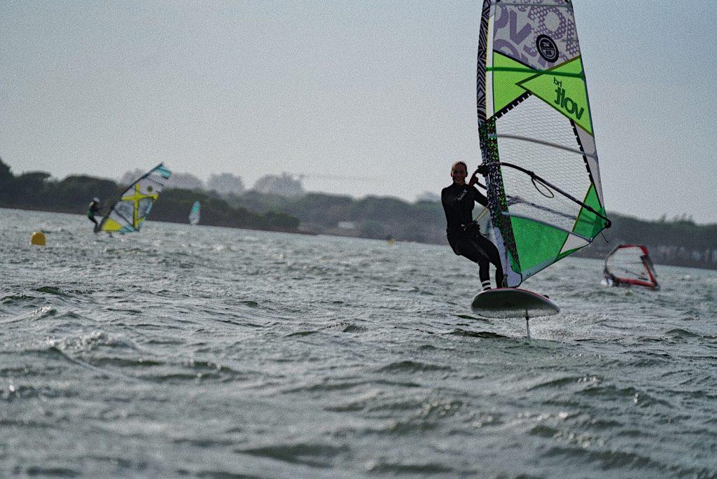 Exit la team bronzette, cet été, vous bougez ! Parmi toutes les activités de plein air qui vous seront proposées, vous pourriez être tenté par le windsurf.