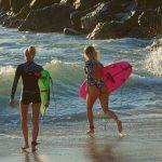 Emmanuelle & Uhaina Joly sont mère et fille, et toutes les deux surfeuses. C'est Emmnanuelle qui a transmis sa passion de la glisse à Uhaina.