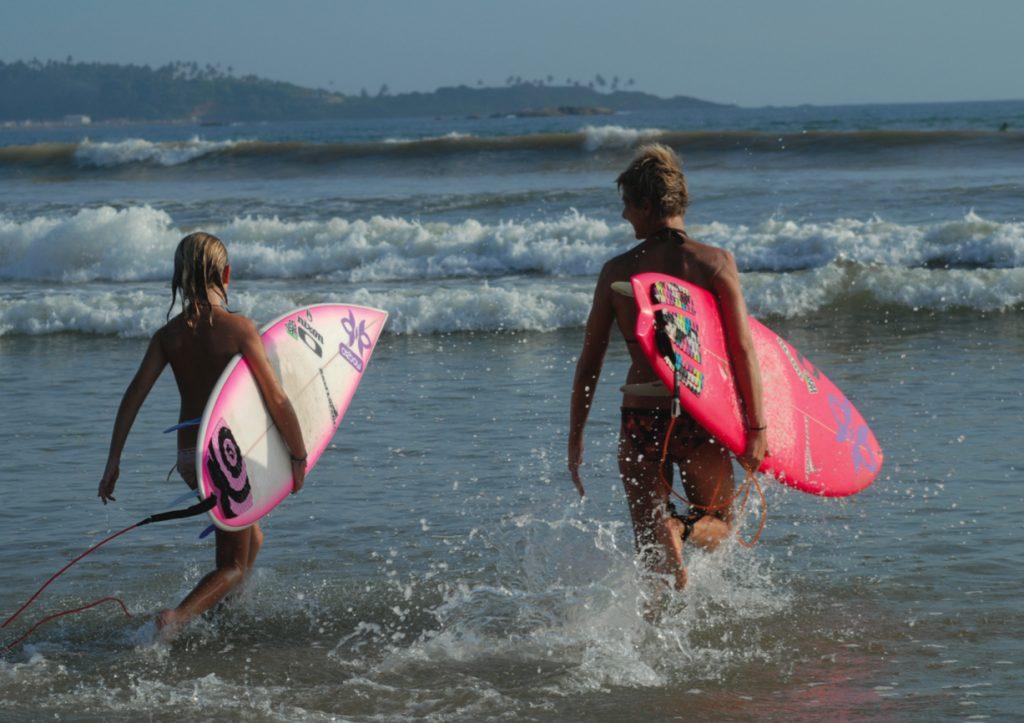 Emmanuelle & Uhaina Joly sont mère et fille, et toutes les deux surfeuses. C'est Emmanuelle qui a transmis sa passion de la glisse à Uhaina.