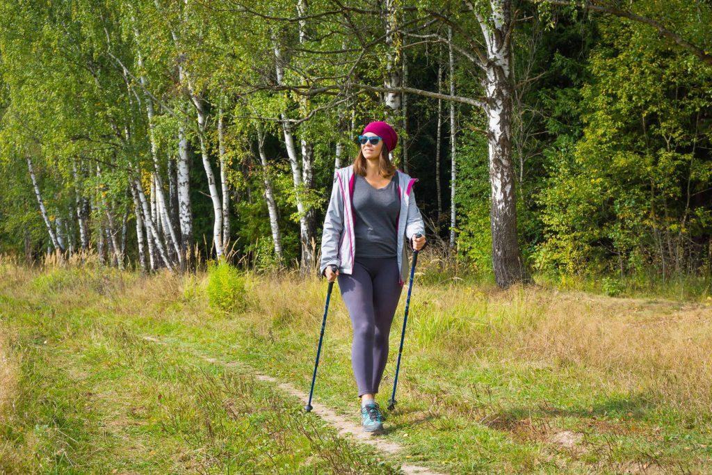 Marche sportive, nordique ou randonnée ? Malgré leurs différences, ces marches ont un point commun : elles sont accessibles aux débutantes.