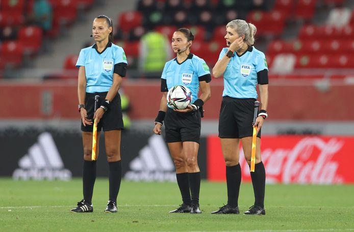 Les arbitres féminines de la FIFA priées de ne pas serrer la main d'un cheikh qatari, l'image fait le tour du monde